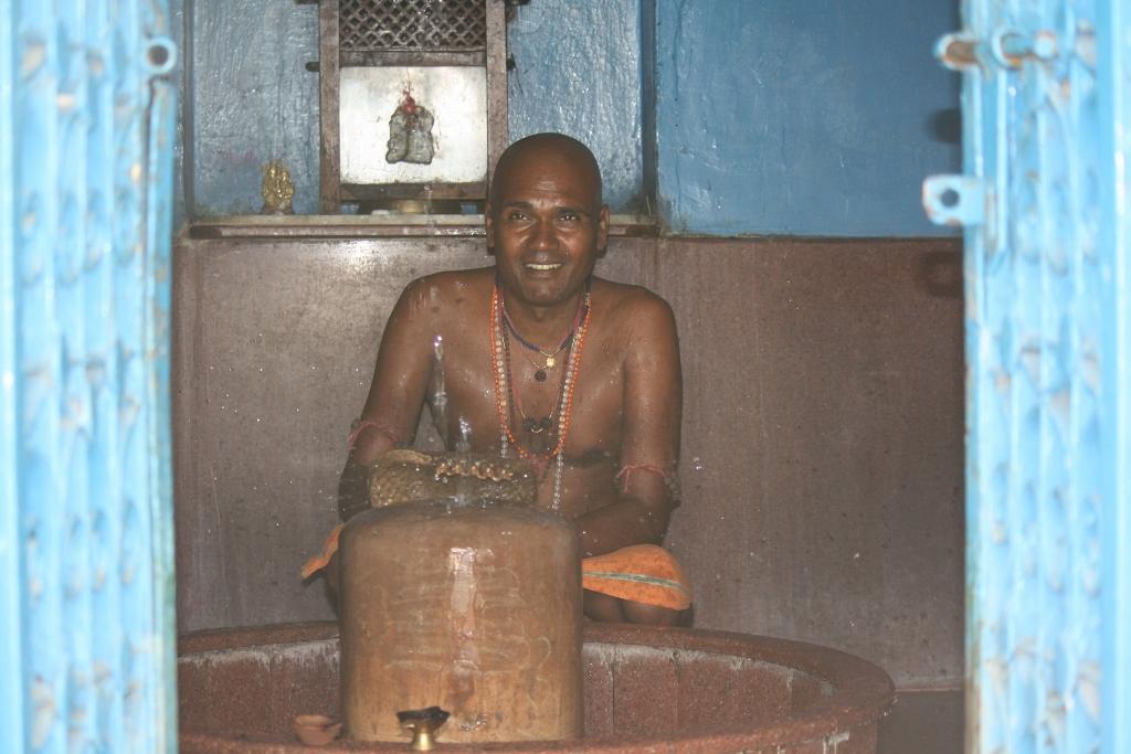 Anicharya offering water to Shiva lingam (1024x683)