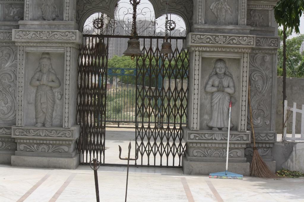 temple inner wall displays Vishravas and Kaikesi pictures2 (1024x683)