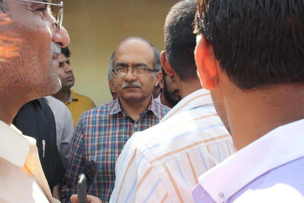 Prashant Bhushan talking to volunteers1