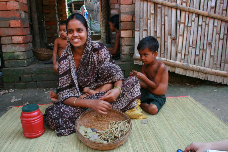 In India, for every Rs 100 paid by a customer, 'beedi' (homemade cigarettes) rollers are paid a mere Rs 17. (Credit: Dr Sanjay Kumar\WFS)