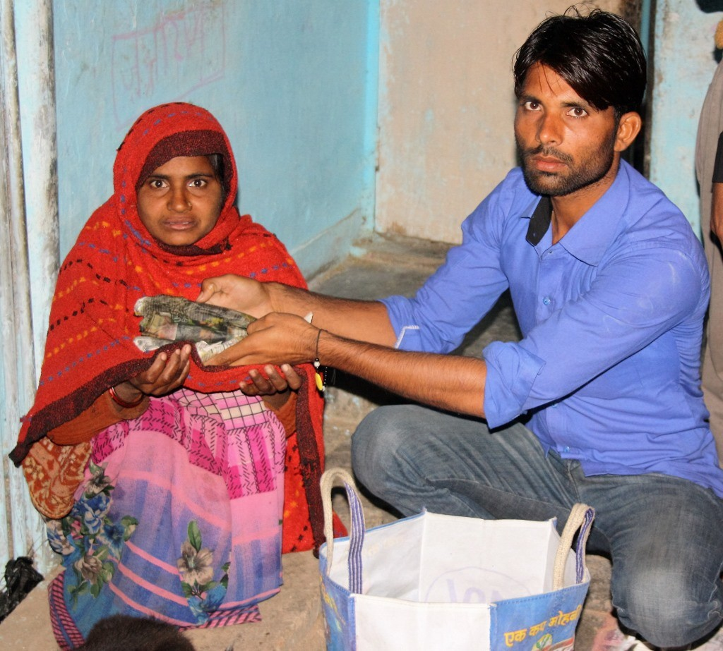 Bundeli Samaj volunteer Mohammad Rashid distributing food to a widow